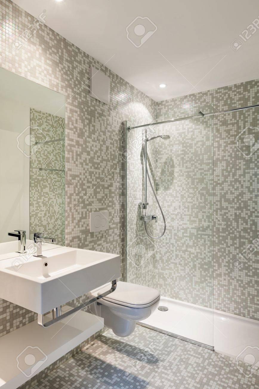 Intérieur maison neuve, voir salle de bains moderne