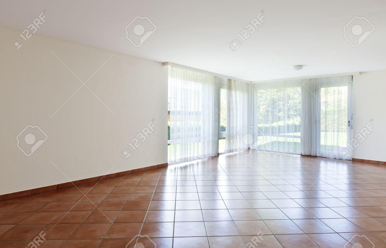 Zimmer Mit Terrakotta Boden Fenster Mit Weissen Gardinen Lizenzfreie