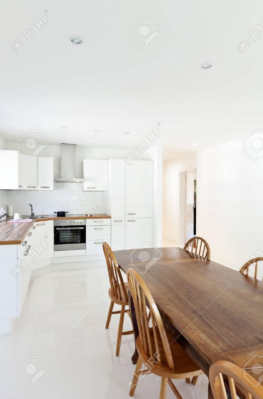 Innenhaus, Große Moderne Küche, Esstisch Lizenzfreie Fotos, Bilder ...