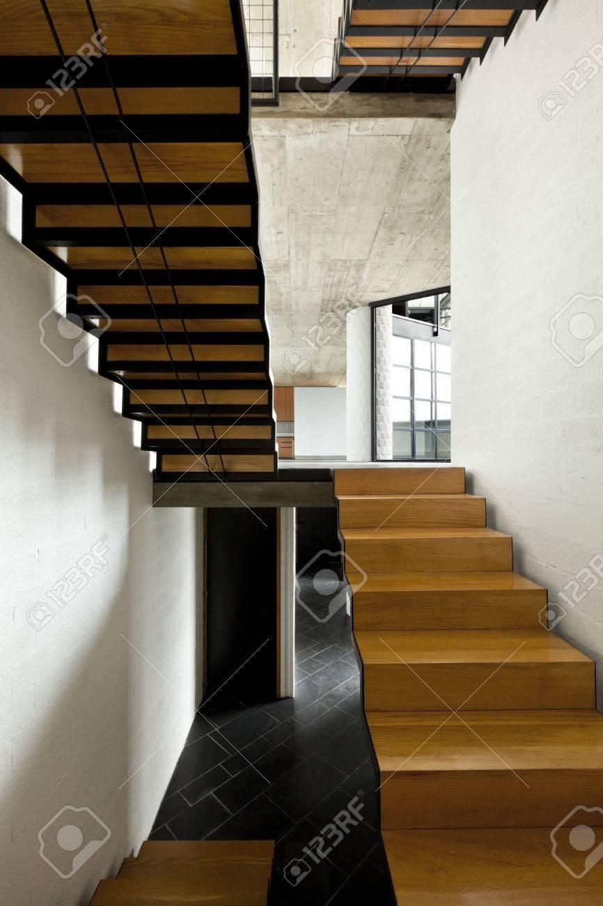 interior villa moderna paso escalera de madera foto de archivo