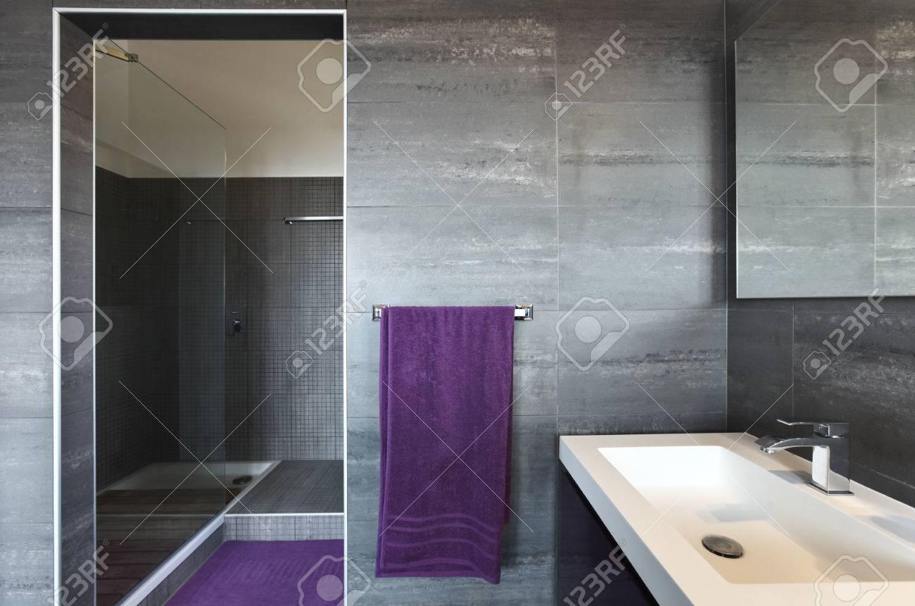 Schöne Badezimmer In Luxus-Haus Lizenzfreie Fotos, Bilder Und Stock ...