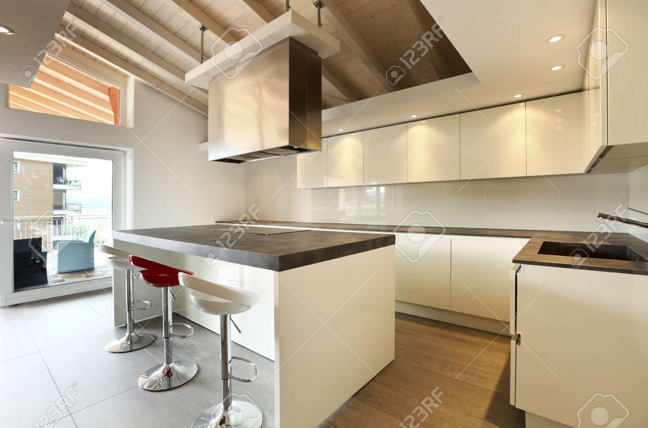 Elegante Kuche Im Dachgeschoss Lizenzfreie Fotos Bilder Und Stock