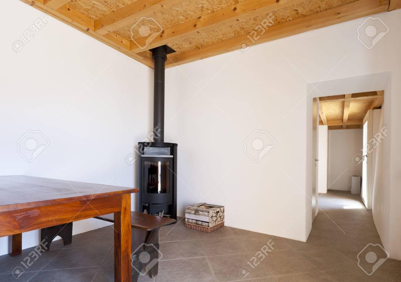 Poele A Bois Maison manger avec table et poêle à bois, intérieur de la maison rurale
