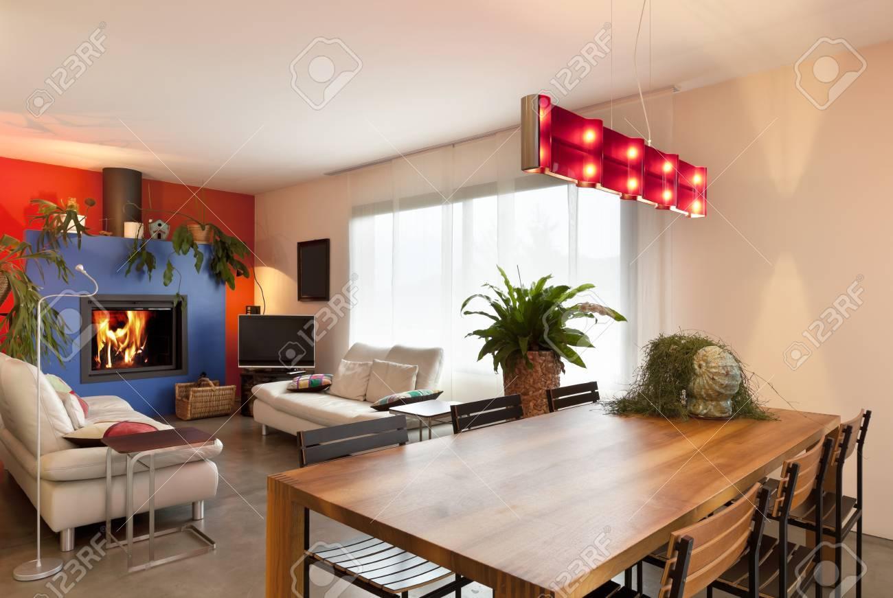 Komfortable, Moderne Wohnung, Hölzernen Esstisch Und Wohnzimmer ...
