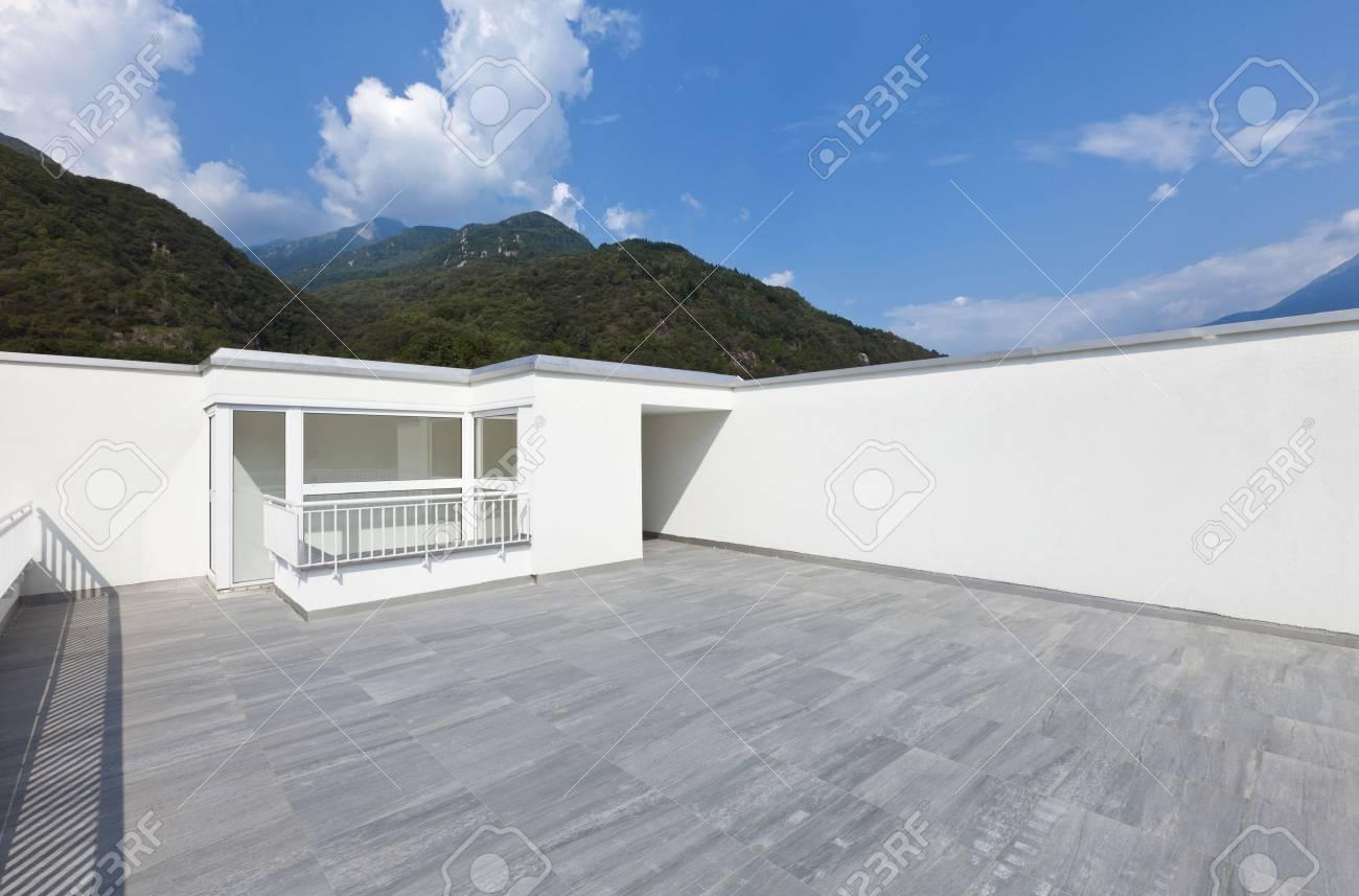 Grande terrazza di una moderna casa bianca foto royalty free ...
