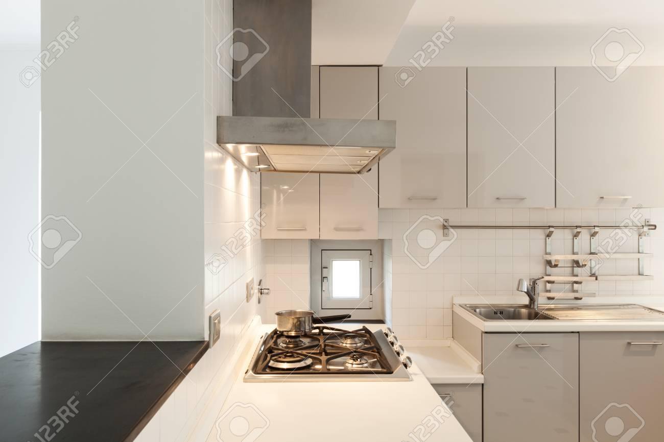 Interior, Kleine Wohnung, Weißen Küche Blick Lizenzfreie Fotos ...