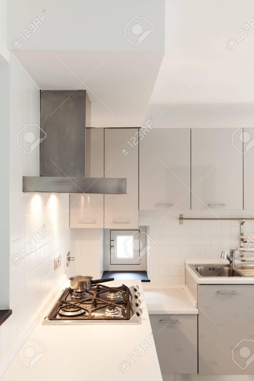 Interior, Kleine Wohnung, Weiß Küche Blick Lizenzfreie Fotos, Bilder ...