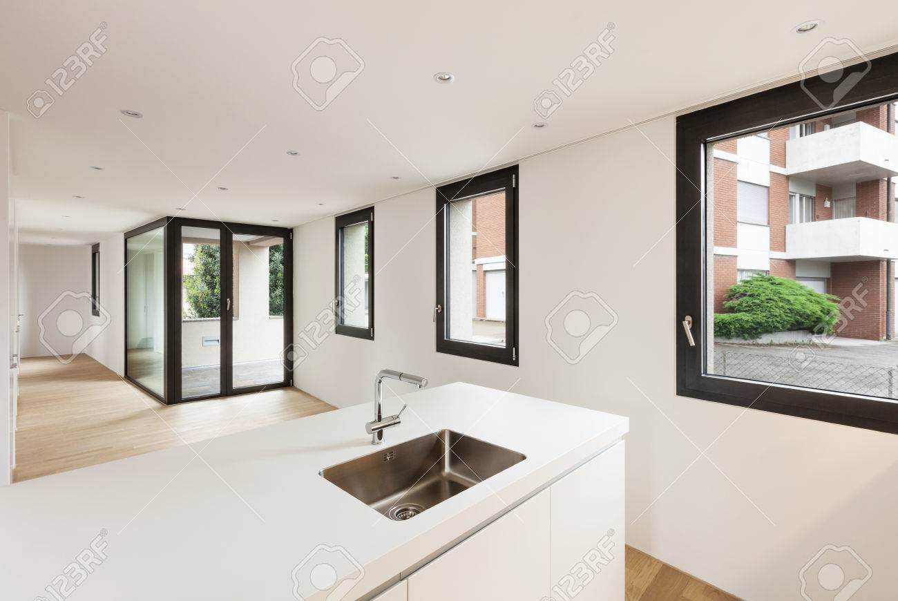 Interieur nieuw huis, moderne witte keuken, een kamer met uitzicht ...