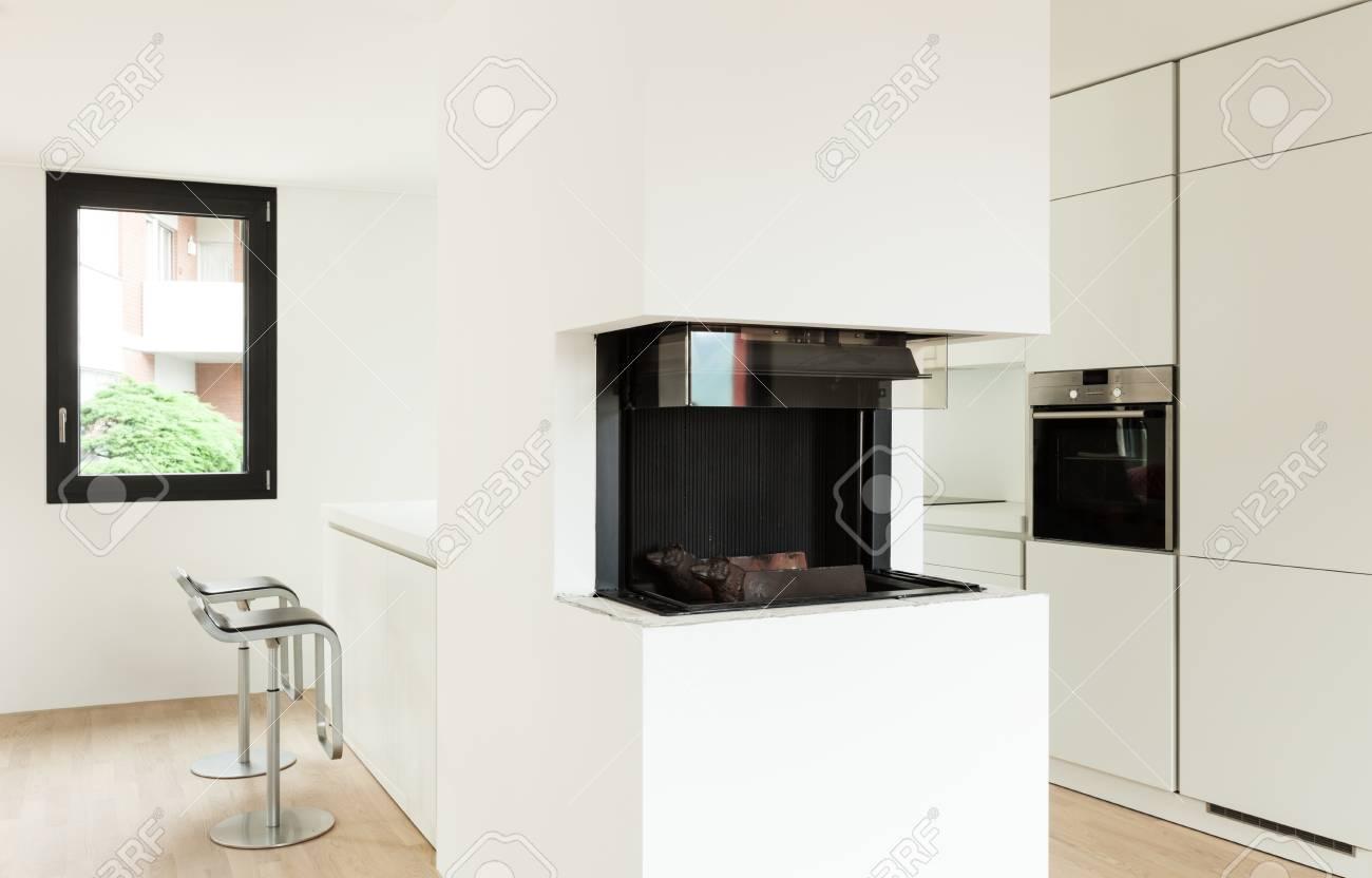 Intérieur maison neuve, séjour avec cheminée