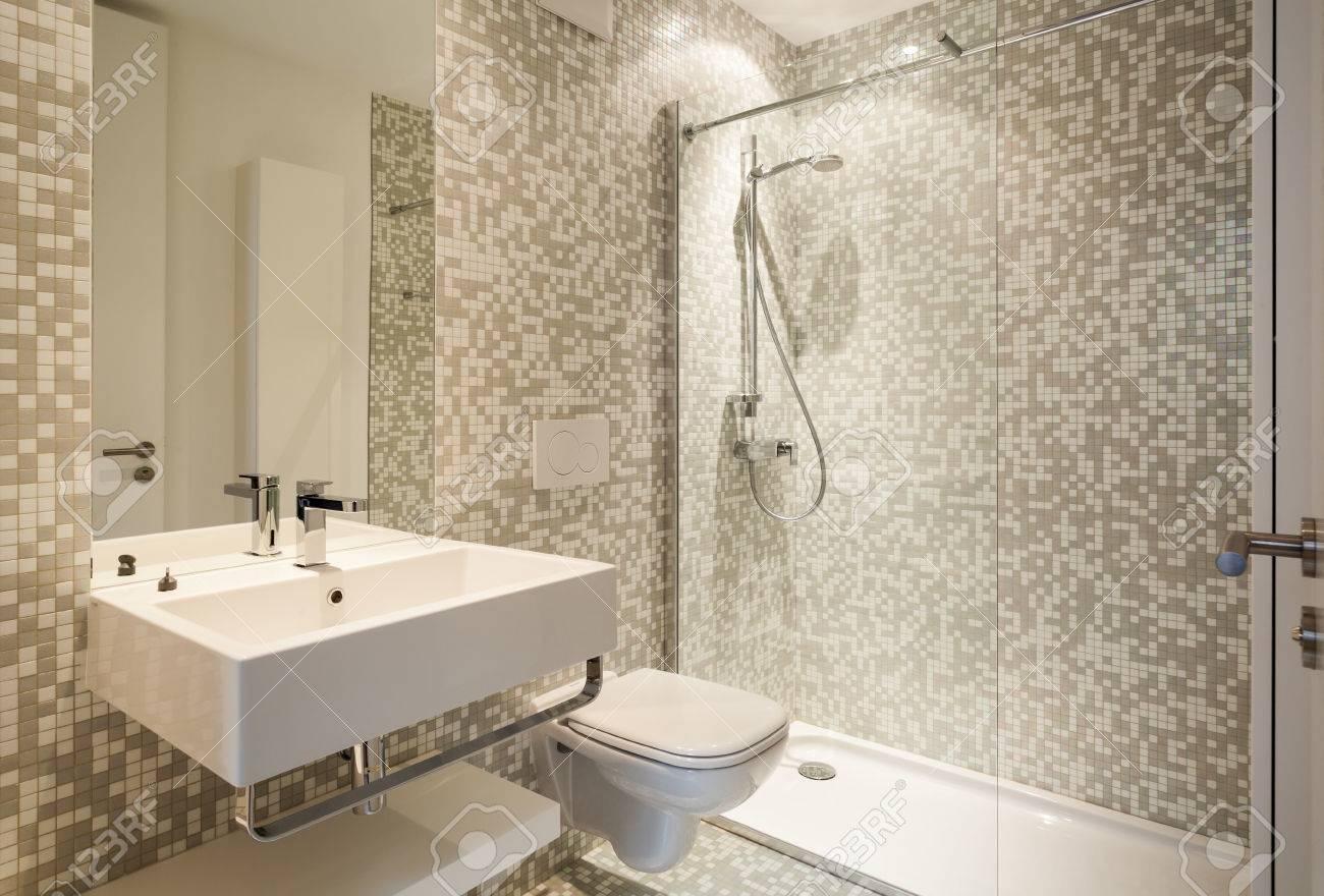 Intérieur maison neuve, salle de bains moderne voir
