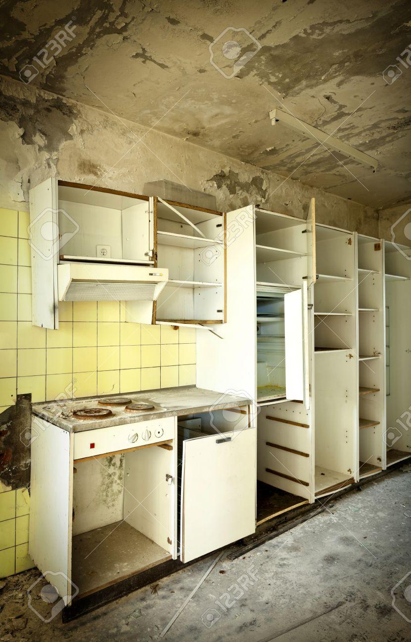 Ancienne Cuisine Détruit, Maison Abandonnée Intérieur Banque D ...