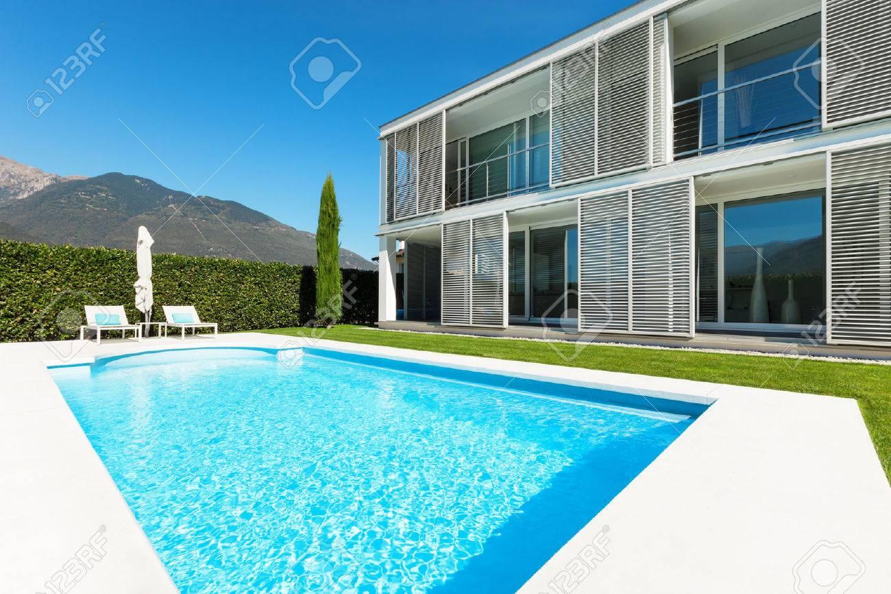 Villa Moderna Con Piscina, Vista Dal Giardino Foto Royalty Free ...