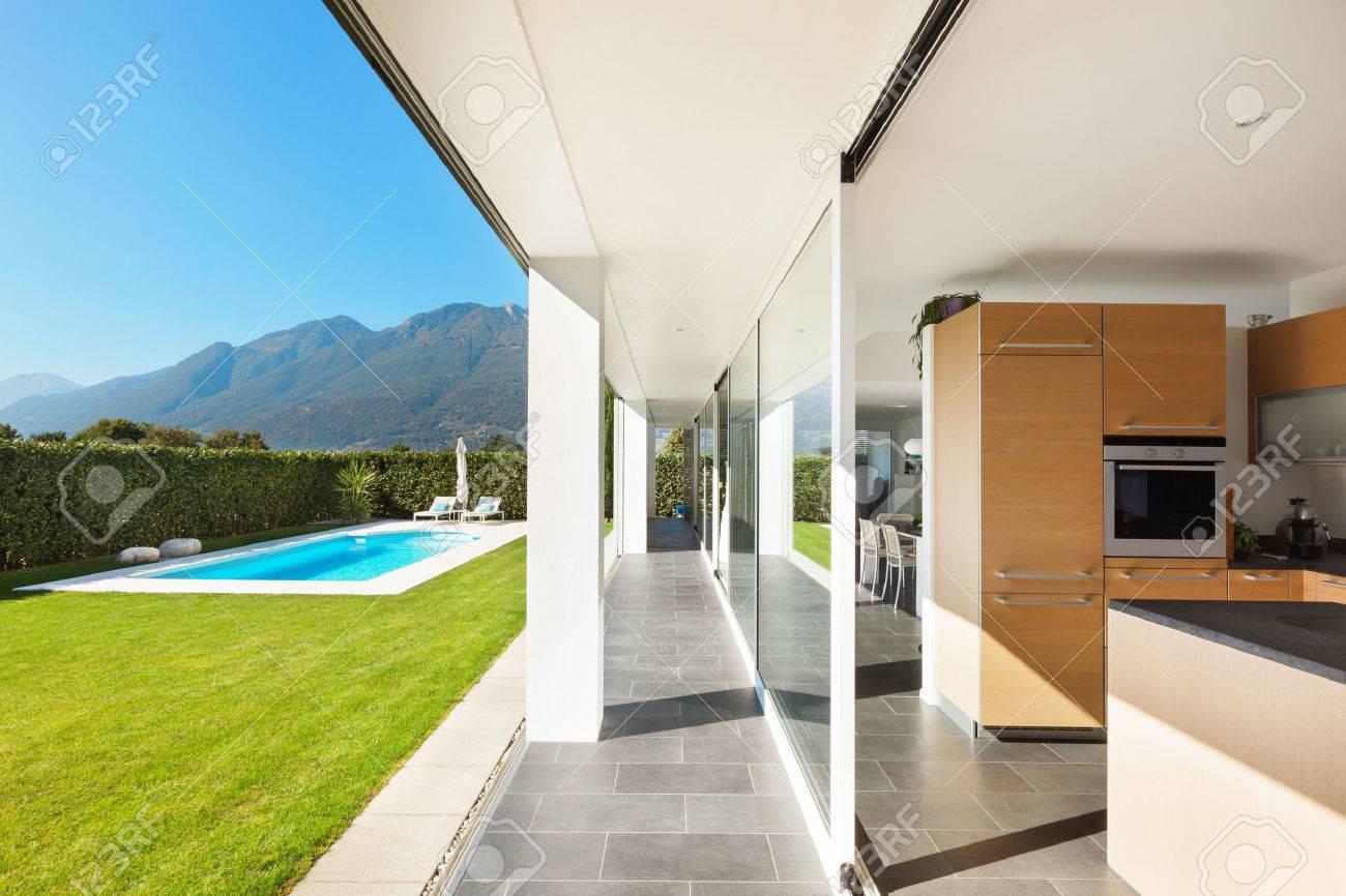 Moderne villa interieur schöne küche lizenzfreie fotos bilder