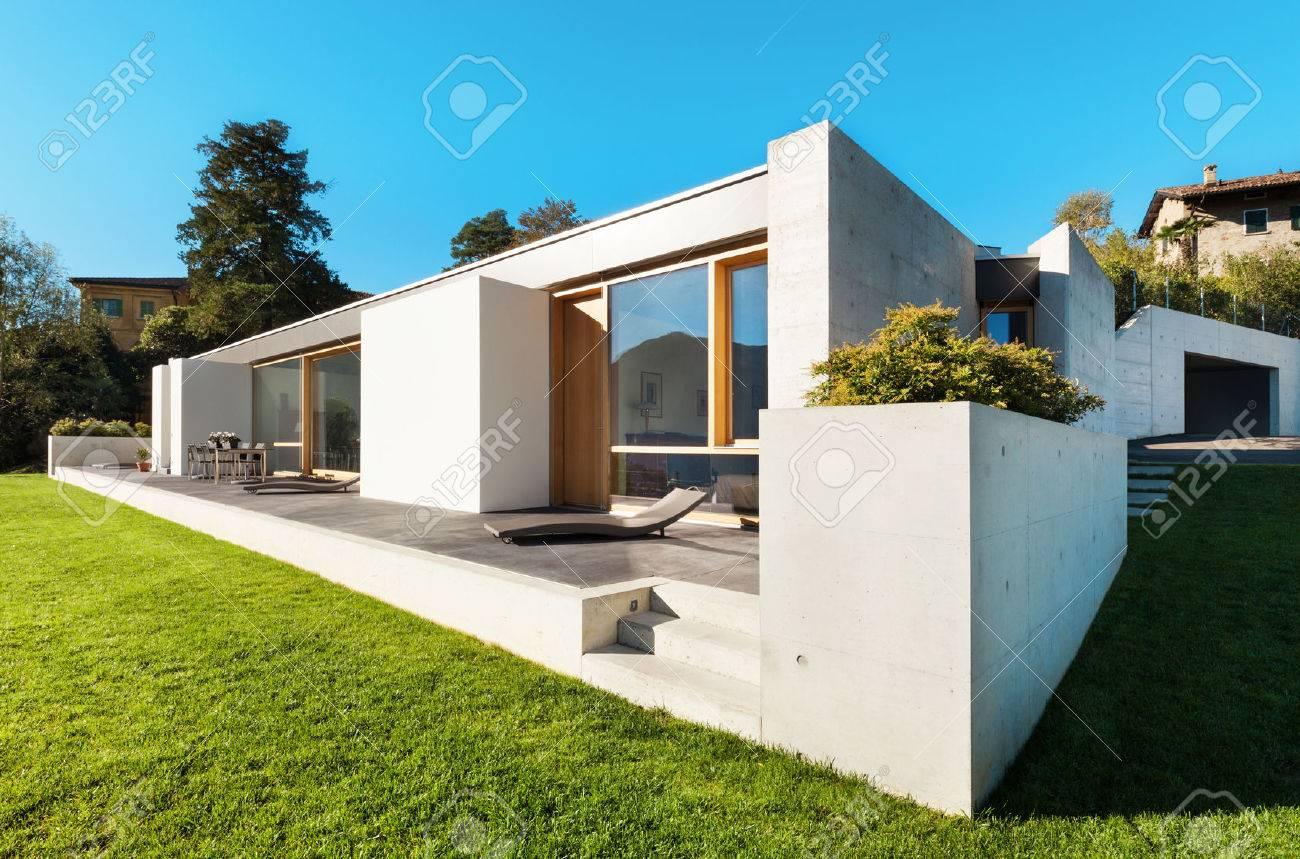 Hervorragend Schöne, Moderne Haus In Zement, Blick Aus Dem Garten Standard Bild    28902366