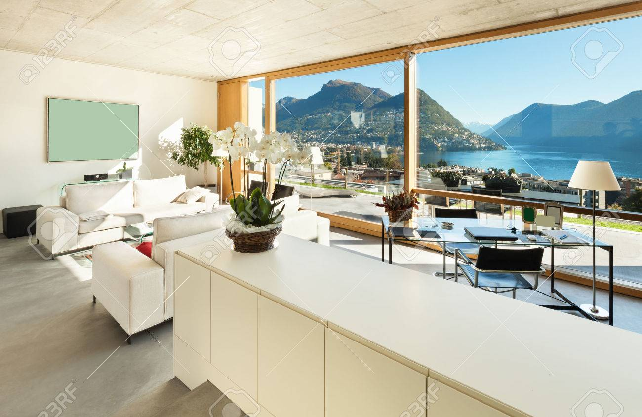 Schönes Modernes Haus Im Kleber, Innenräume, Blick Aus Dem ...