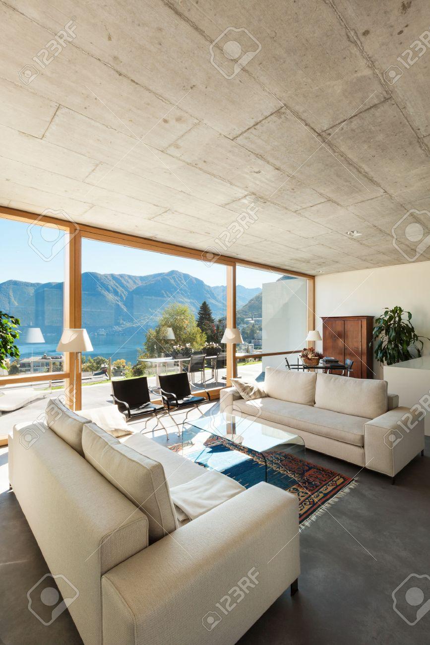 Belle Maison Contemporaine Dans Le Ciment, Intérieur, Vue Depuis Le ...