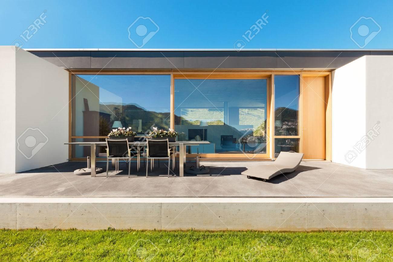 Schöne, Moderne Haus Im Kleber, Blick Aus Dem Garten Standard Bild    28898397