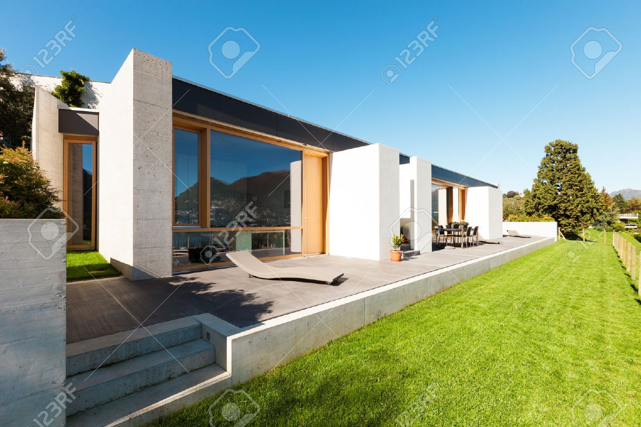 Schon Schöne, Moderne Haus In Zement, Blick Aus Dem Garten Standard Bild    28898369