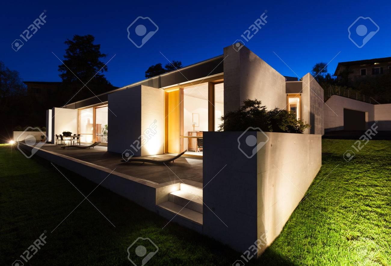 Mooi modern huis in cement uitzicht vanaf de tuin nacht scène