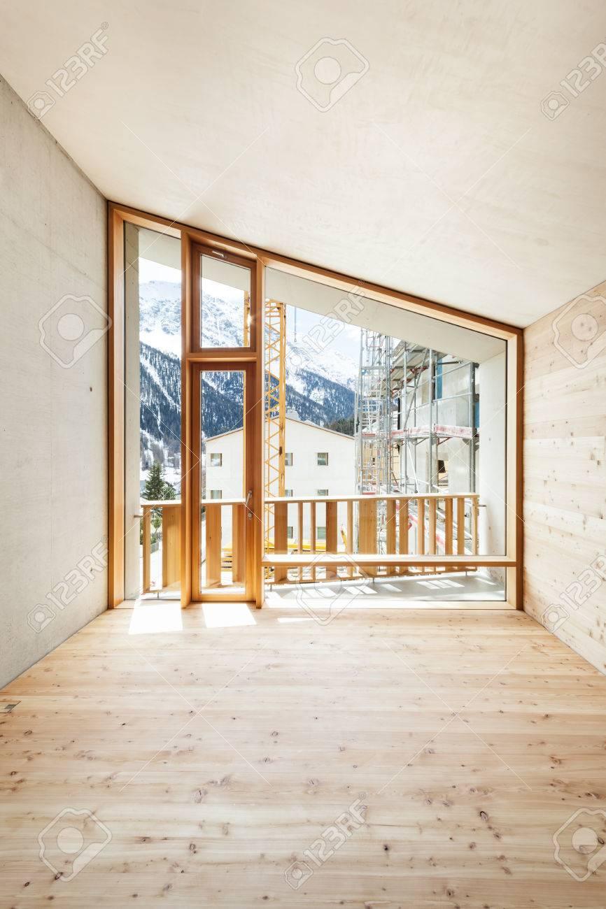Interno, casa moderna con parete in legno, grande finestra foto ...