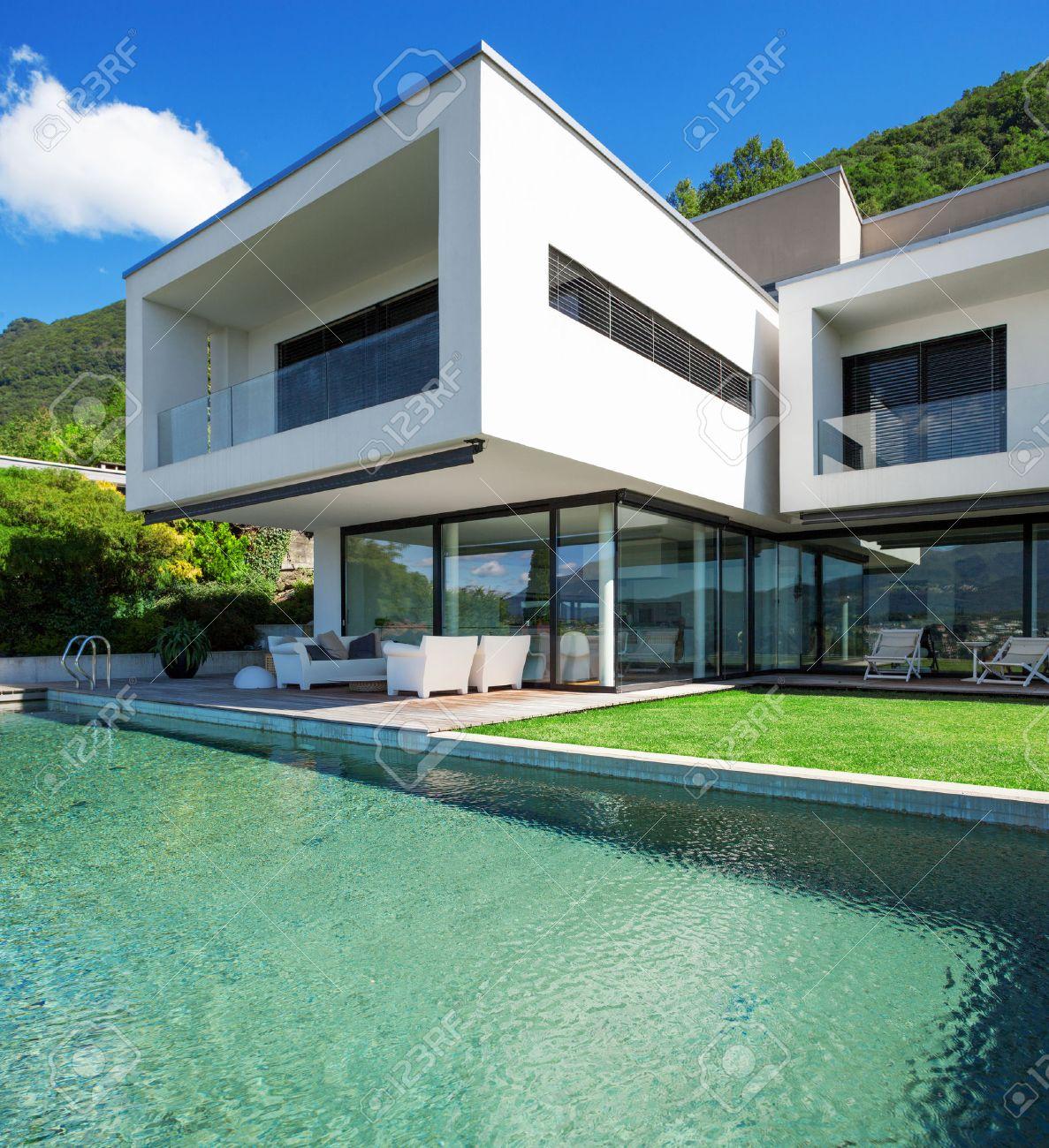 Casa moderna con piscina in esterno foto royalty free, immagini ...