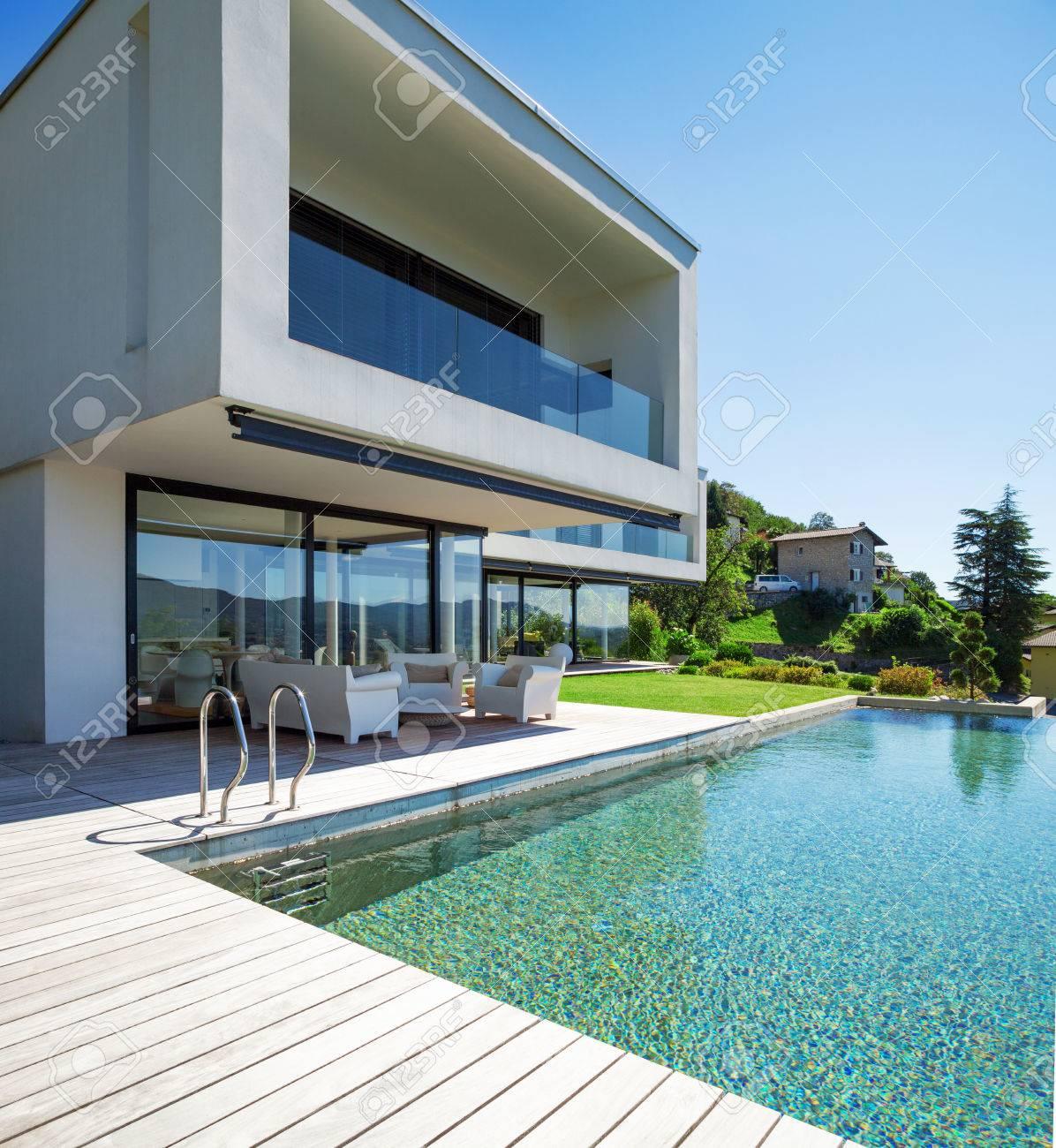 Modernes Haus Mit Pool Im Außenbereich Standard Bild   31647367