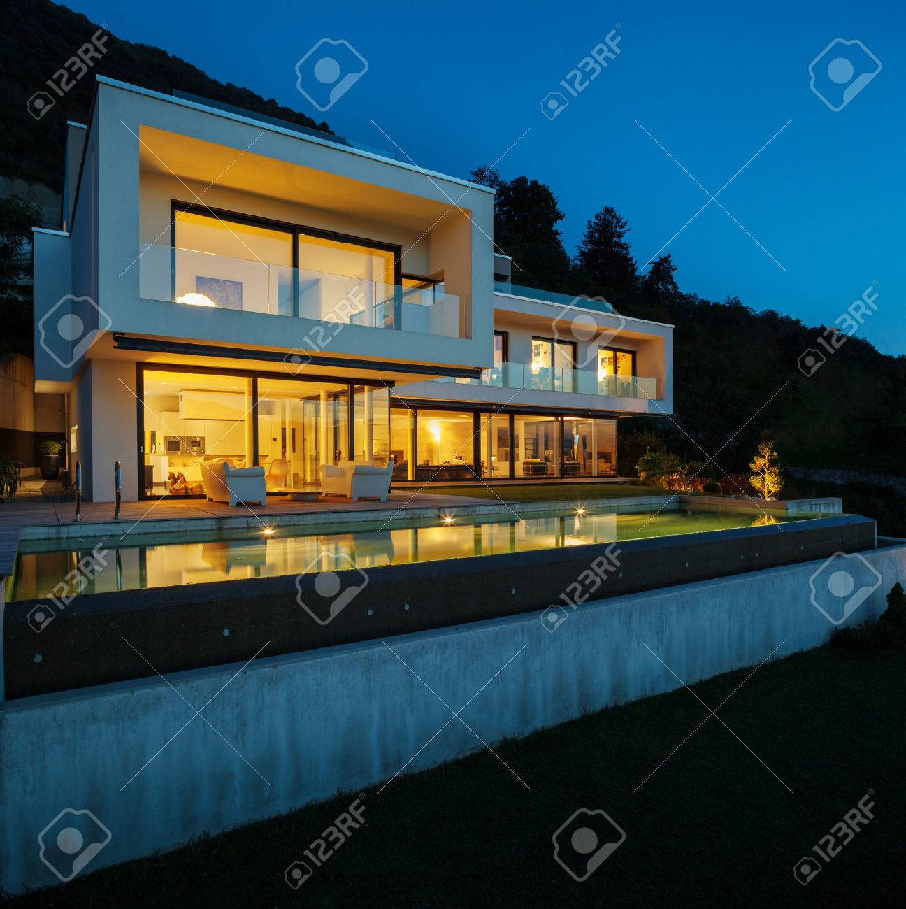 Modernes Haus Mit Pool Und Garten, Sommerzeit Lizenzfreie Fotos ...