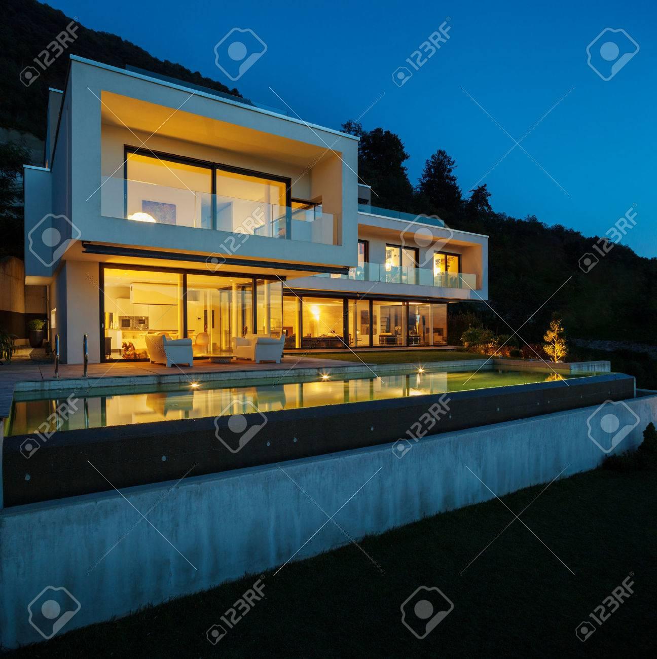Maison Moderne Avec Piscine Et Jardin L Heure D Ete Banque D Images