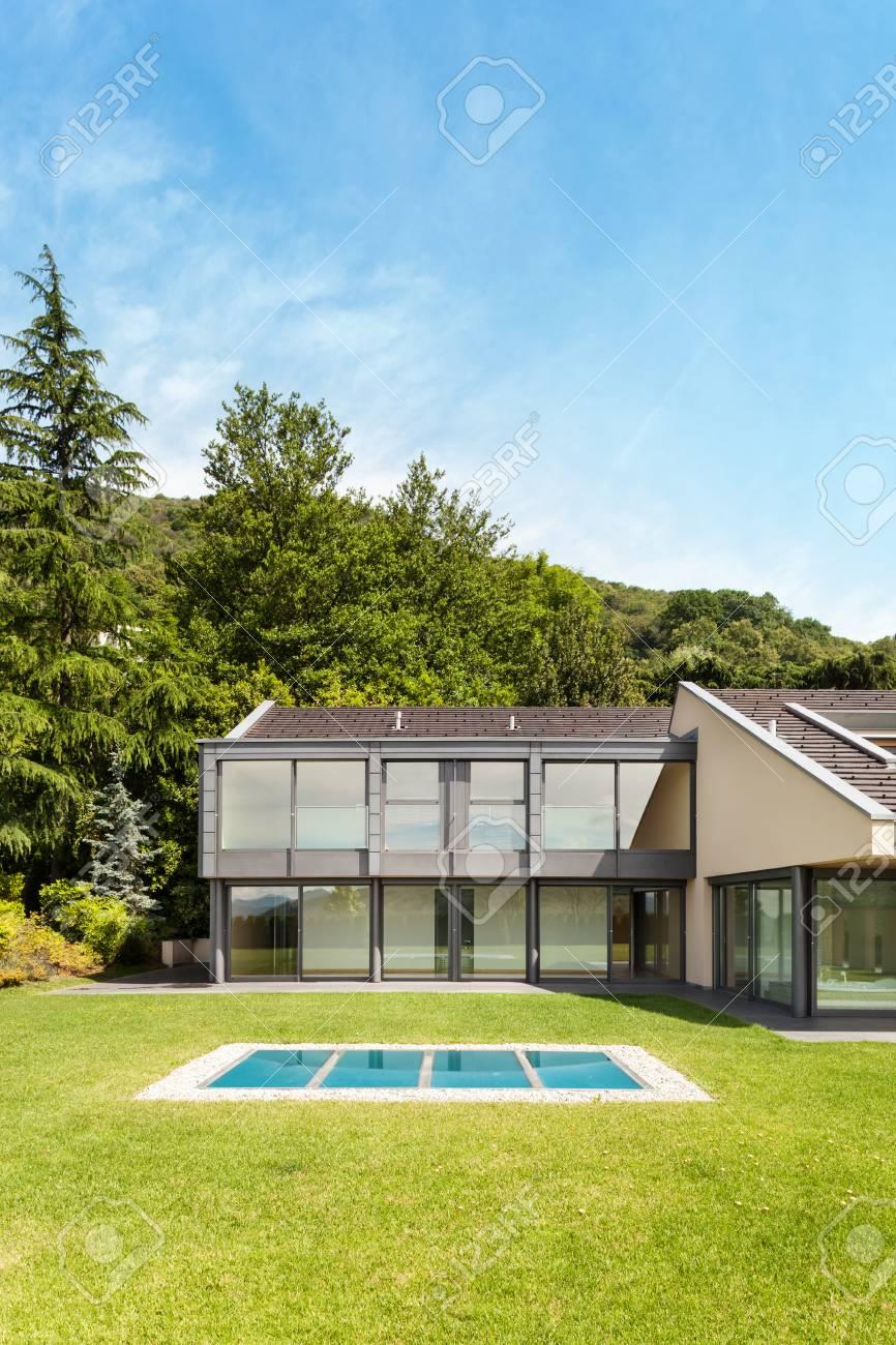 Schöne Moderne Villa Mit Garten, Außen Standard Bild   33238700
