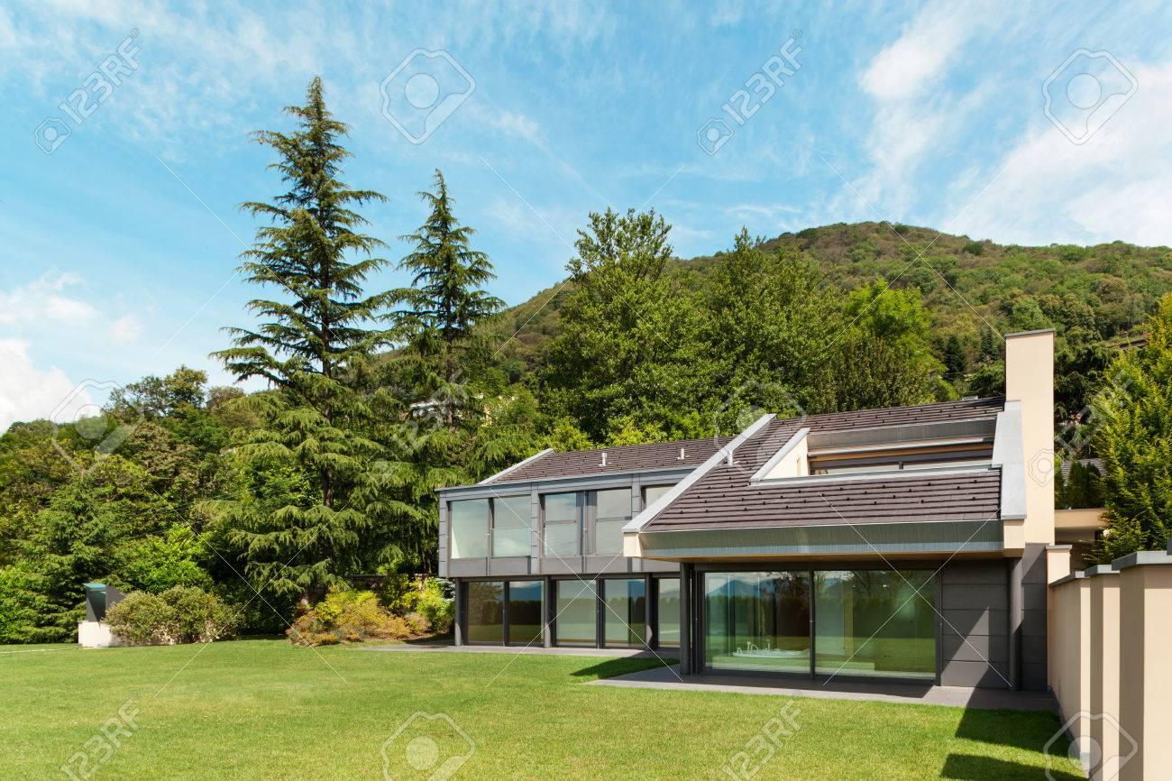 Schöne Moderne Villa Mit Garten, Außen Standard Bild   33238711