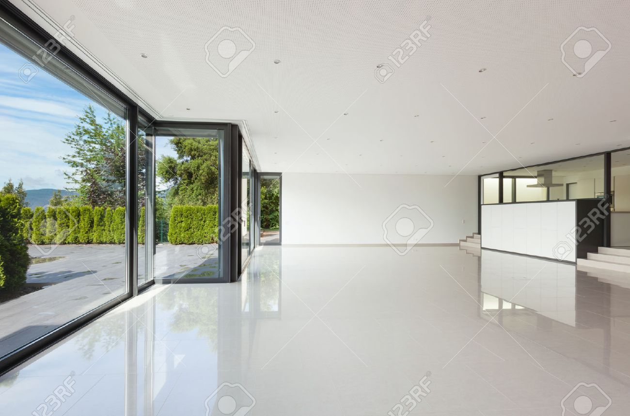 Intérieur Villa Moderne, Vaste Salon Avec Grande Fenêtres Banque D ...