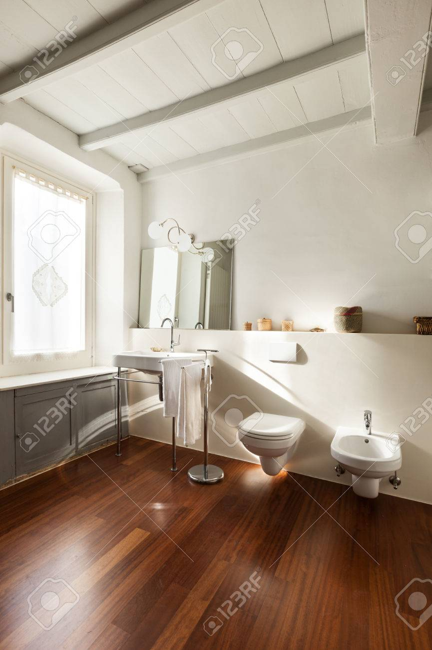 Bezaubernd Schönes Bad Foto Von Schönes Bad, Innenraum Einer Dachboden Standard-bild -