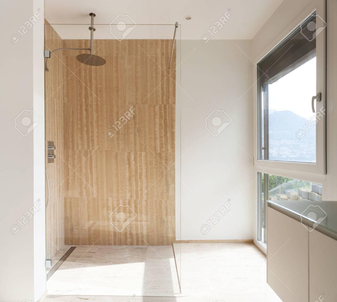 Bonito cuarto de baño moderno, con paredes de mármol, ducha Ver