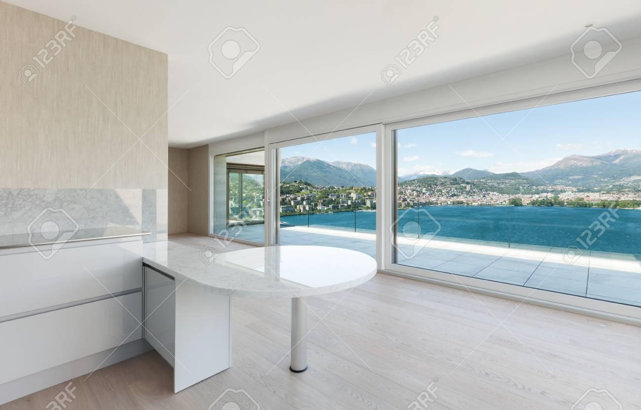 Belle maison moderne, grande cuisine avec fenêtre donnant sur le lac