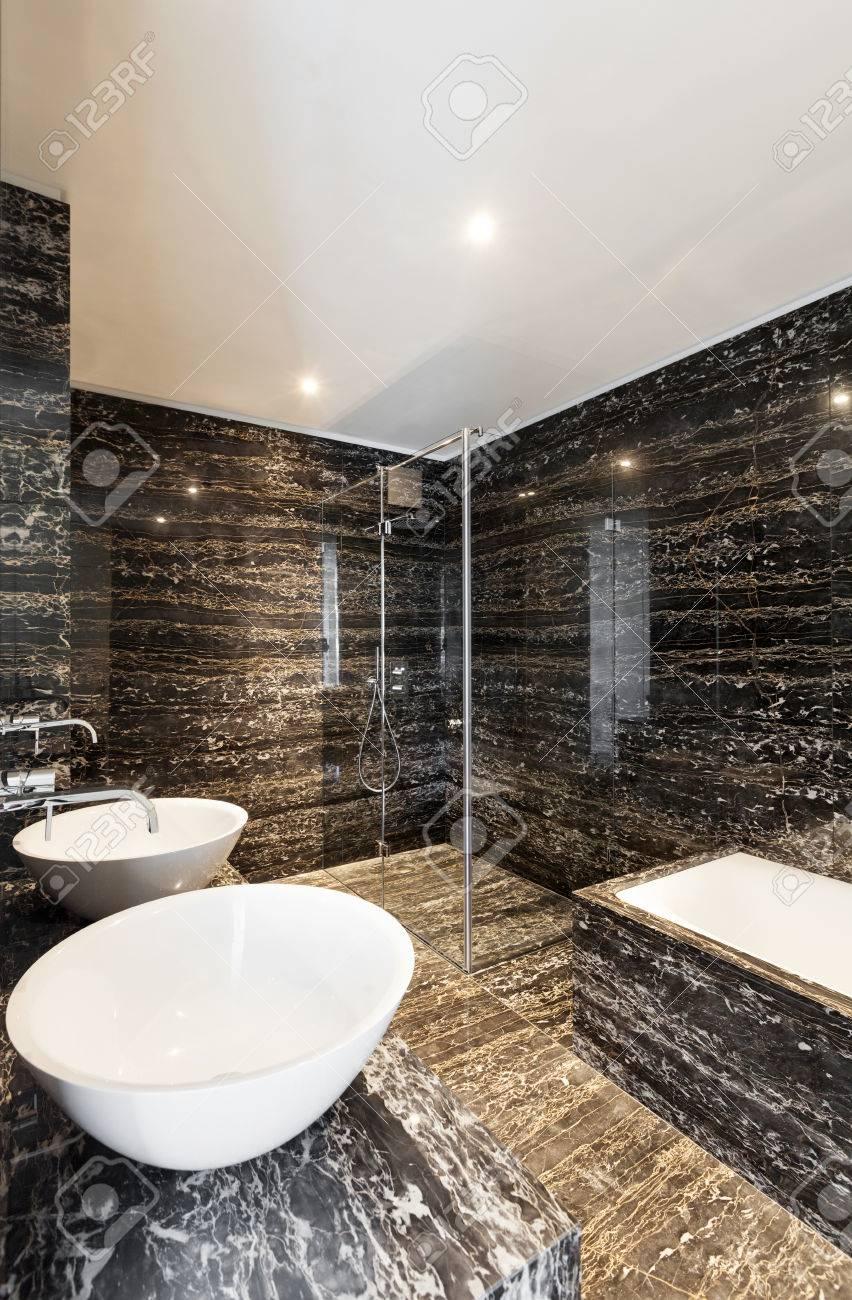 Schöne Moderne Badezimmer Mit Marmorwand Lizenzfreie Fotos, Bilder ...