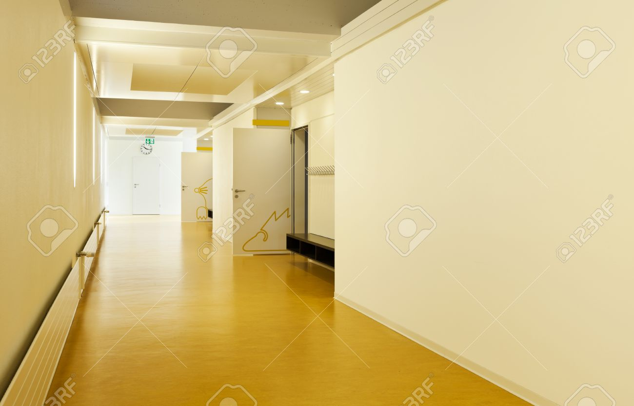 Moderne Offentliche Schule Flur Gelben Boden Lizenzfreie Fotos