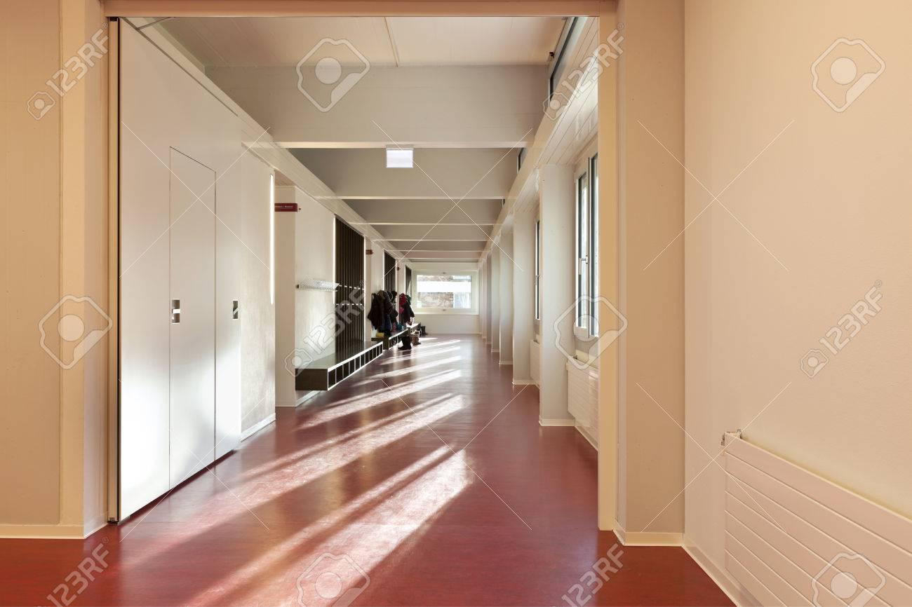 Moderne Offentliche Schule Flur Rote Boden Lizenzfreie Fotos