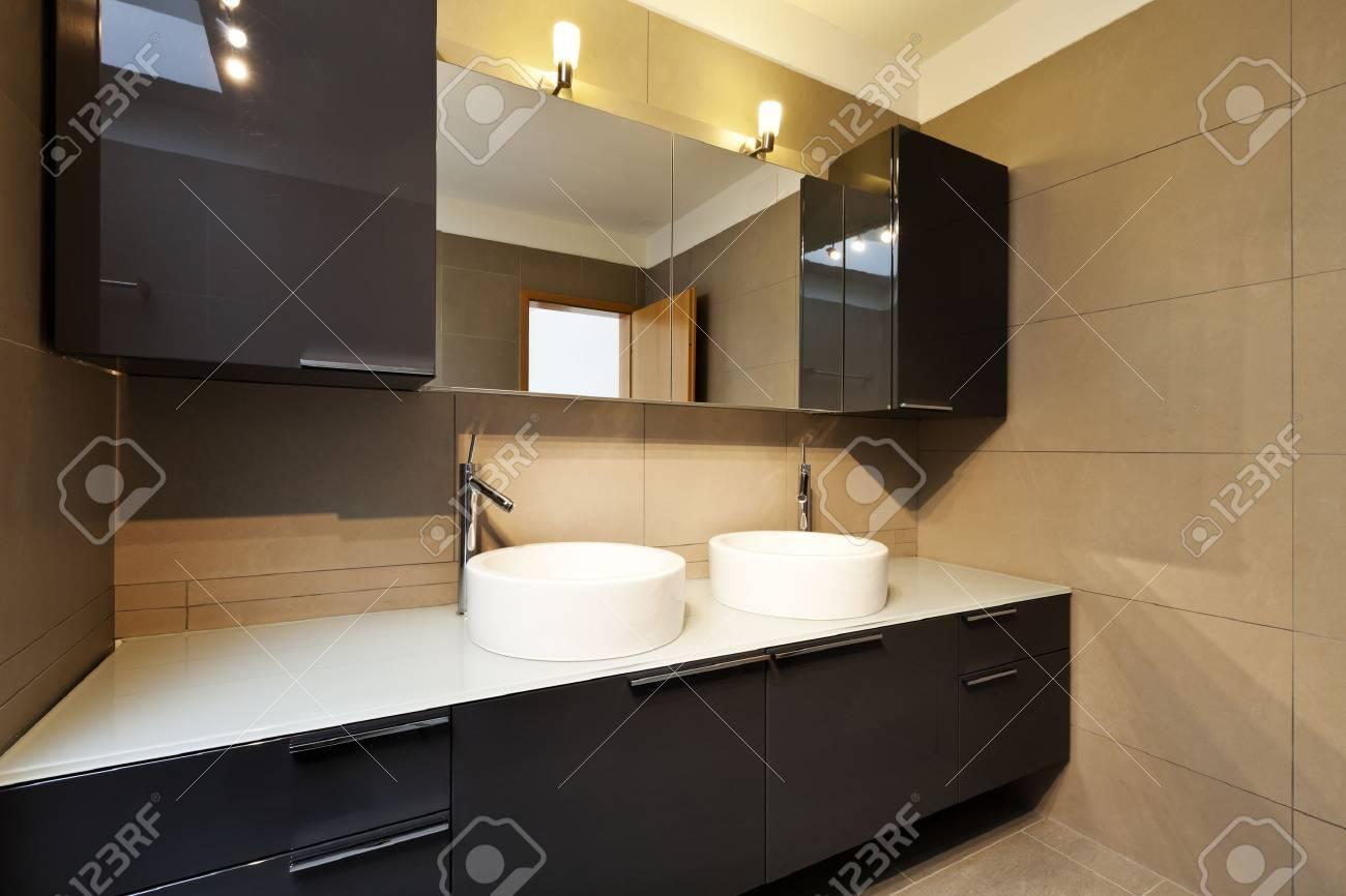 Schone Wohnung Innenraum Bad Zwei Waschbecken Und Spiegel