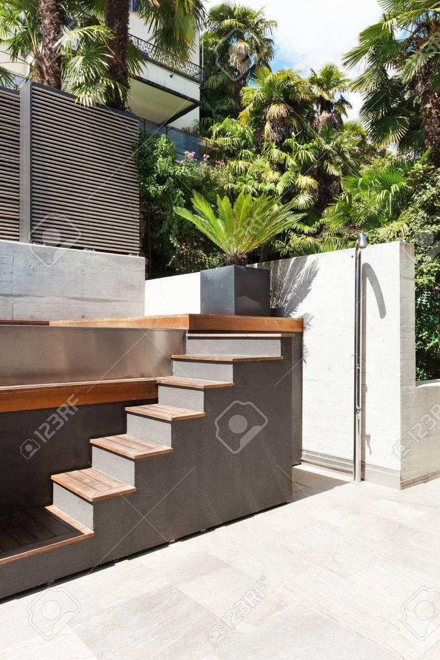 schönes modernes haus, blick von der terrasse, treppe lizenzfreie