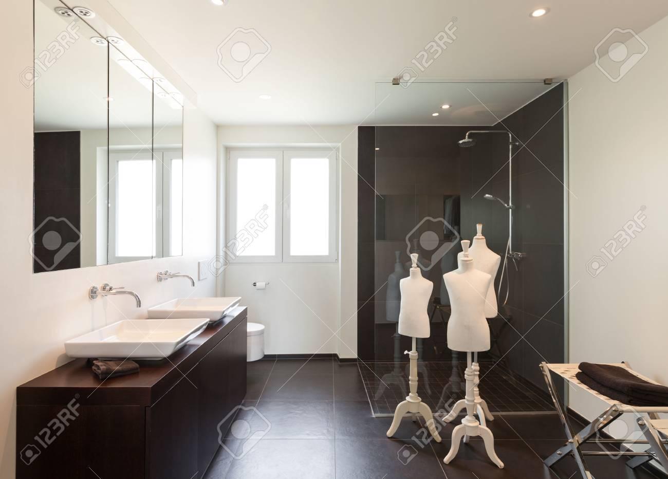Intérieur Maison Moderne, Grande Salle De Bain Banque D\'Images Et ...