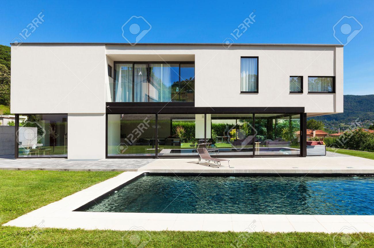 Moderne Villa Mit Pool, Blick Aus Dem Garten Lizenzfreie Fotos ...