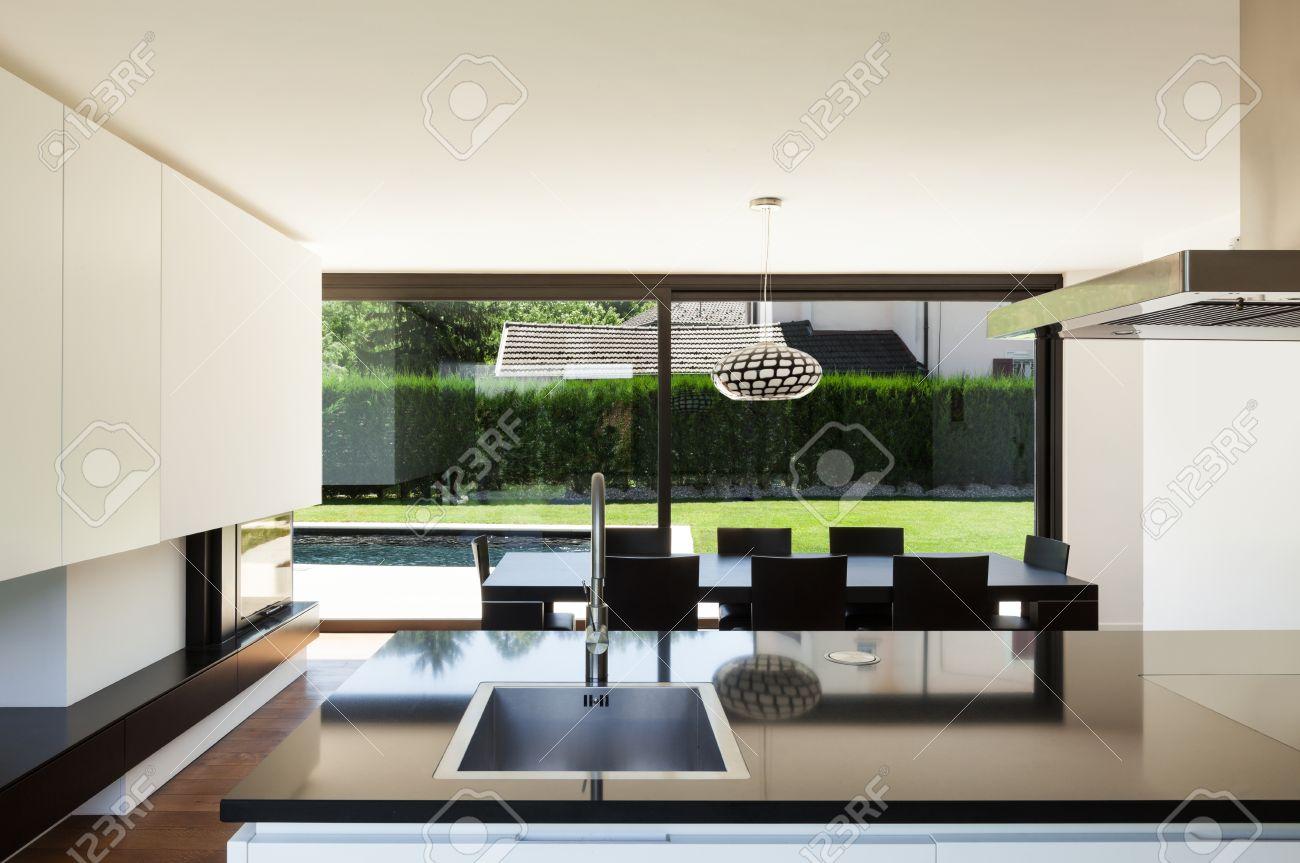 https://previews.123rf.com/images/piovesempre/piovesempre1502/piovesempre150200092/36195378-moderne-villa-interieur-zimmer-mit-blick-von-der-k%C3%BCche.jpg