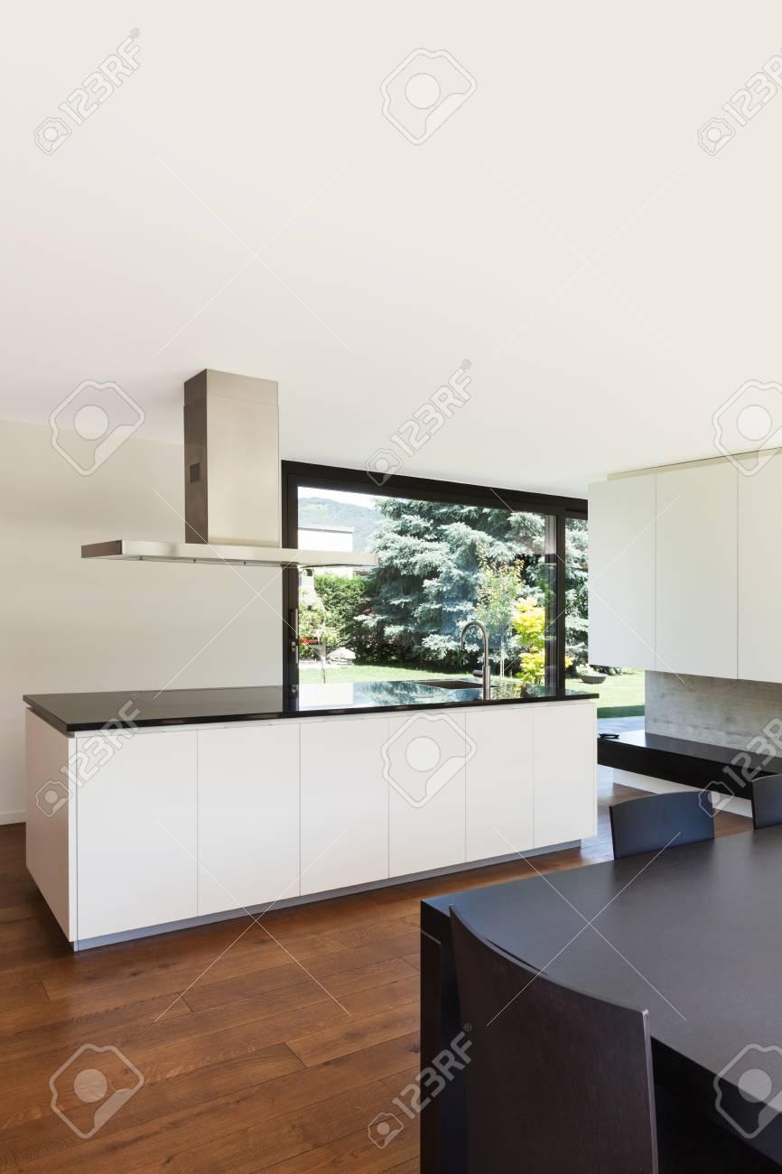 Moderne Villa, Interieur, Schönen Weißen Küche Lizenzfreie Fotos ...
