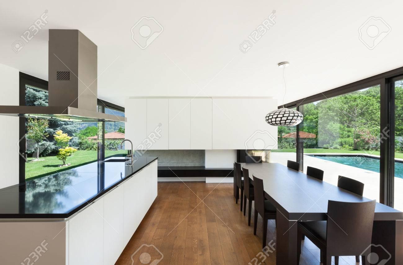 Moderne Villa, Inneneinrichtung, Schönes Esszimmer Mit Kochinsel ...