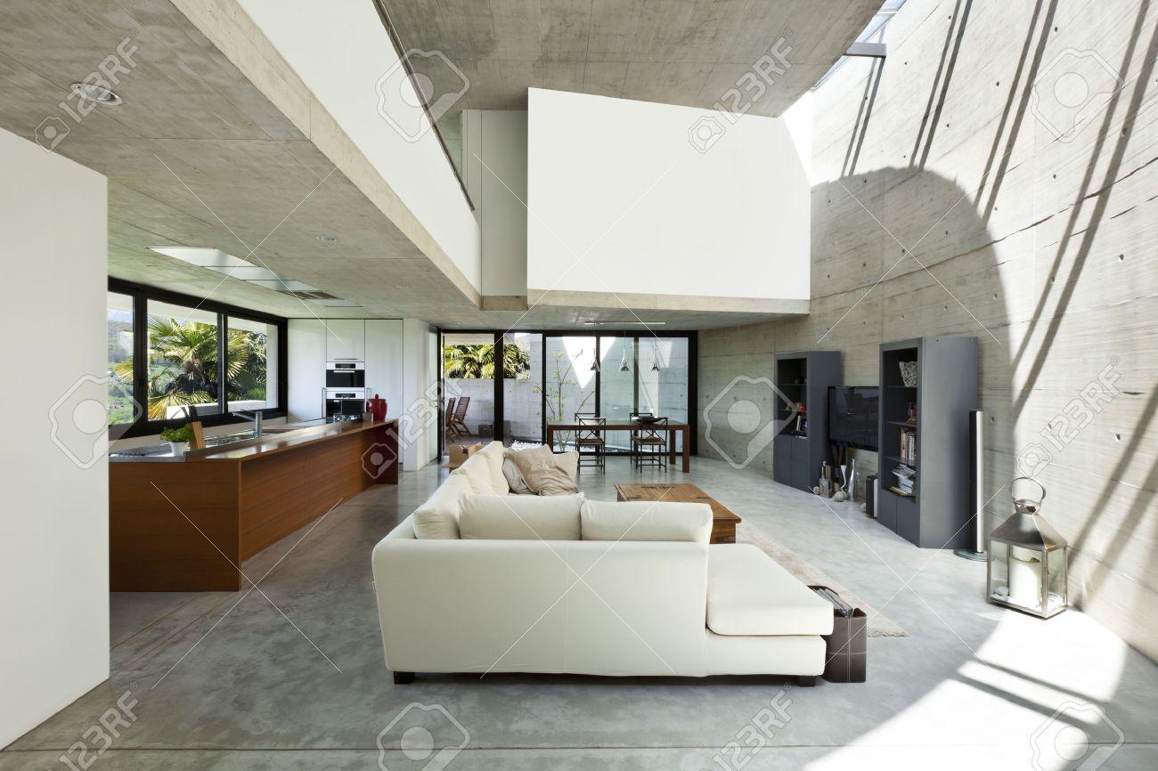 Belle Maison Moderne Dans Le Ciment, De L\'intérieur, Salon Banque ...