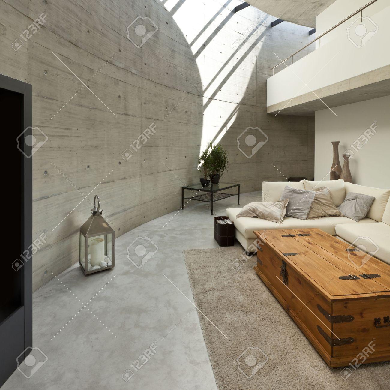 Belle maison moderne dans le ciment, de l\'intérieur, salon