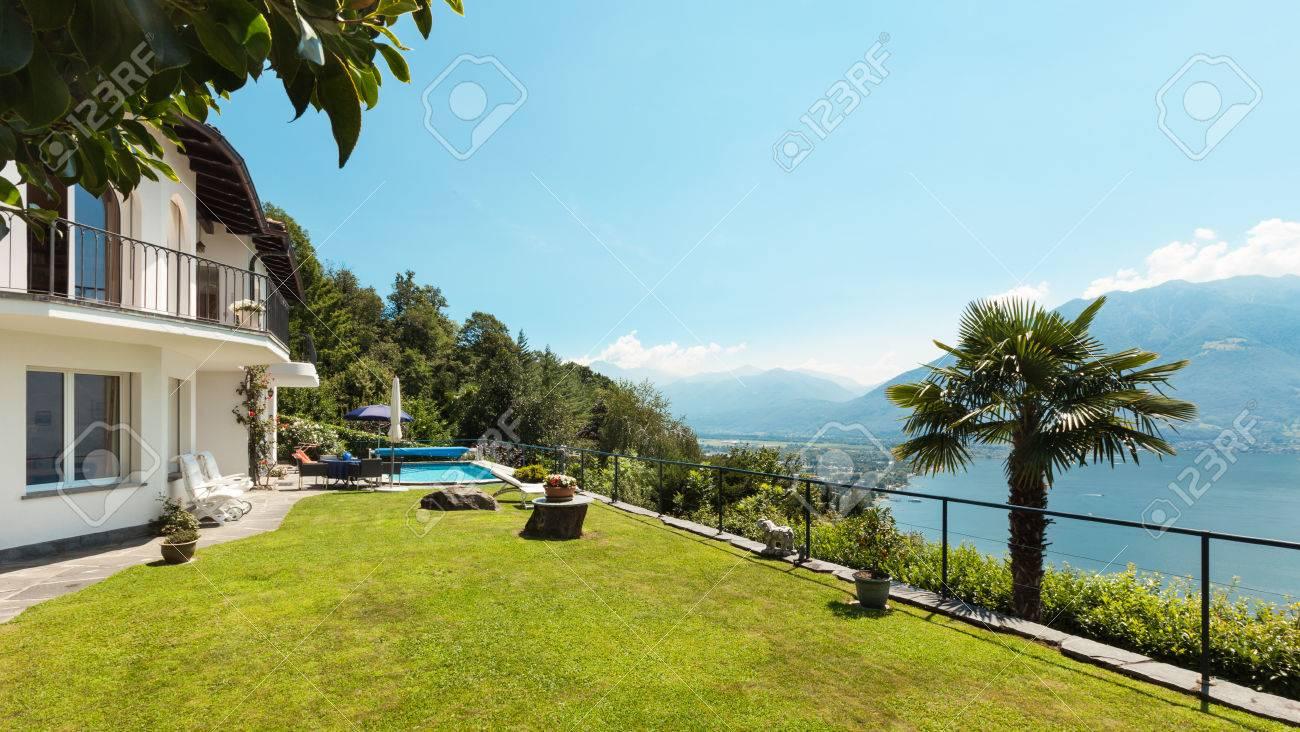 Haus mit garten und pool  Schöne Terrasse Mit Swimmingpool In Einem Haus, Garten Lizenzfreie ...