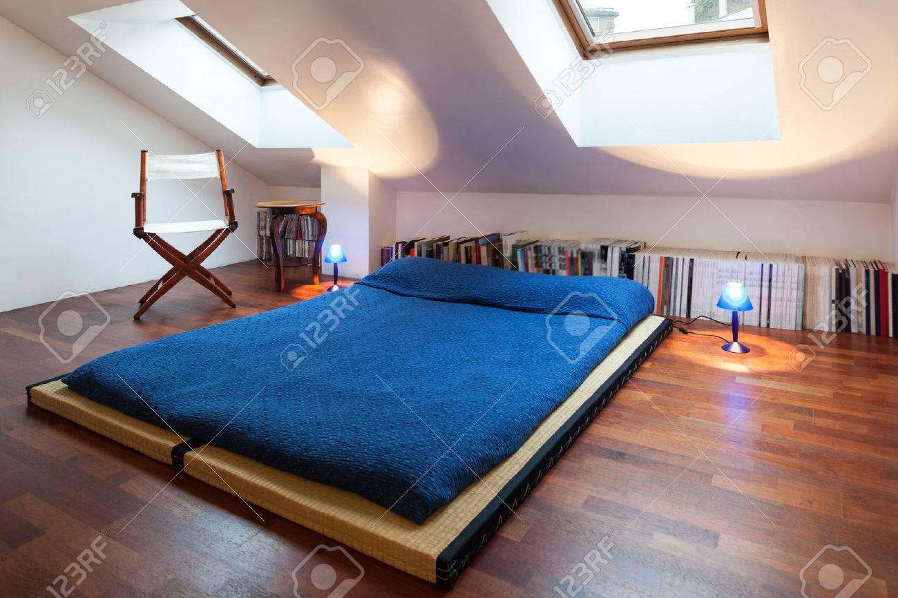 Interior, Schöne Loft, Bett Mit Bettdecke Blau Lizenzfreie Fotos ...