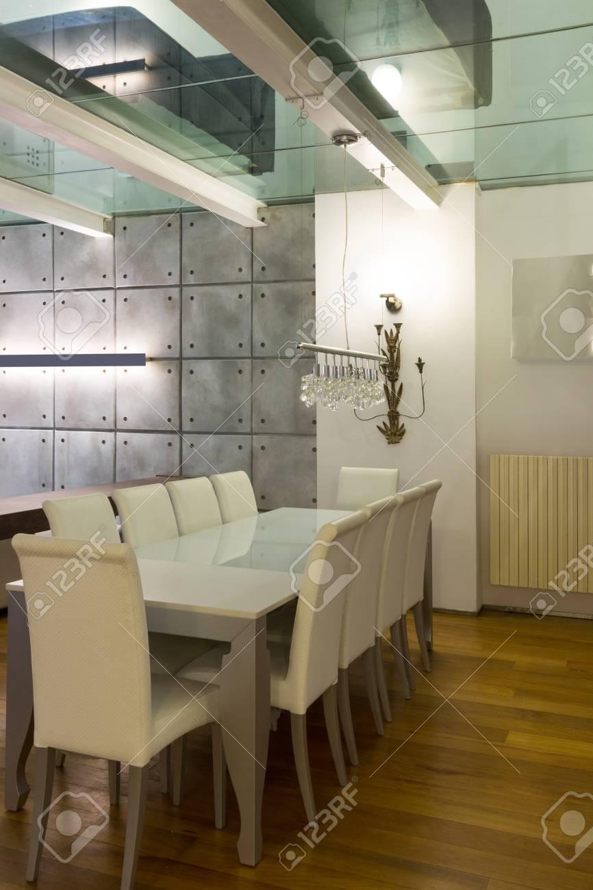 Ampio Loft Con Arredamento Moderno In Sala Da Pranzo Foto Royalty ...