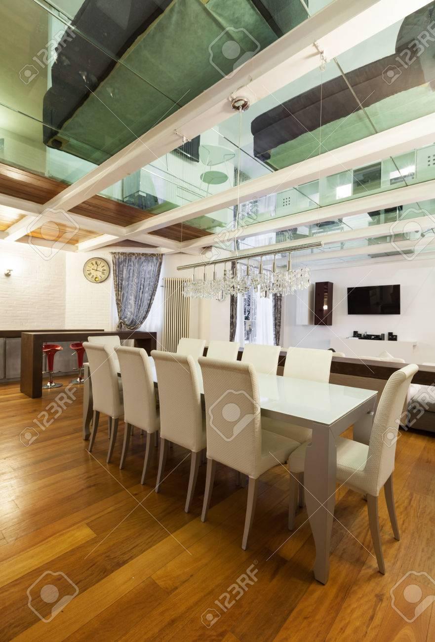 Ampio loft con arredamento moderno in sala da pranzo